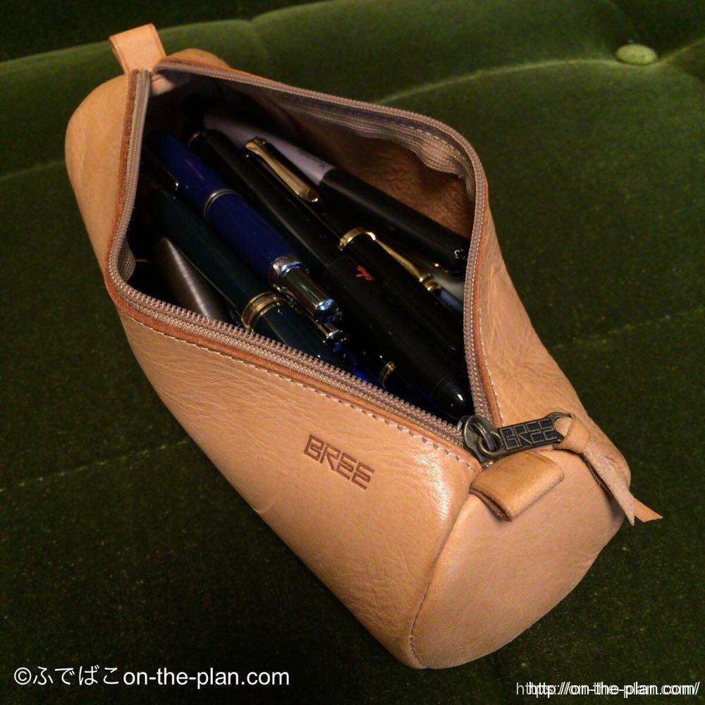 BREEの革のペンケース。詰め込むと下の方に行ってしまったペンは取り出しにくい。さすがにコレは入れ過ぎかも。