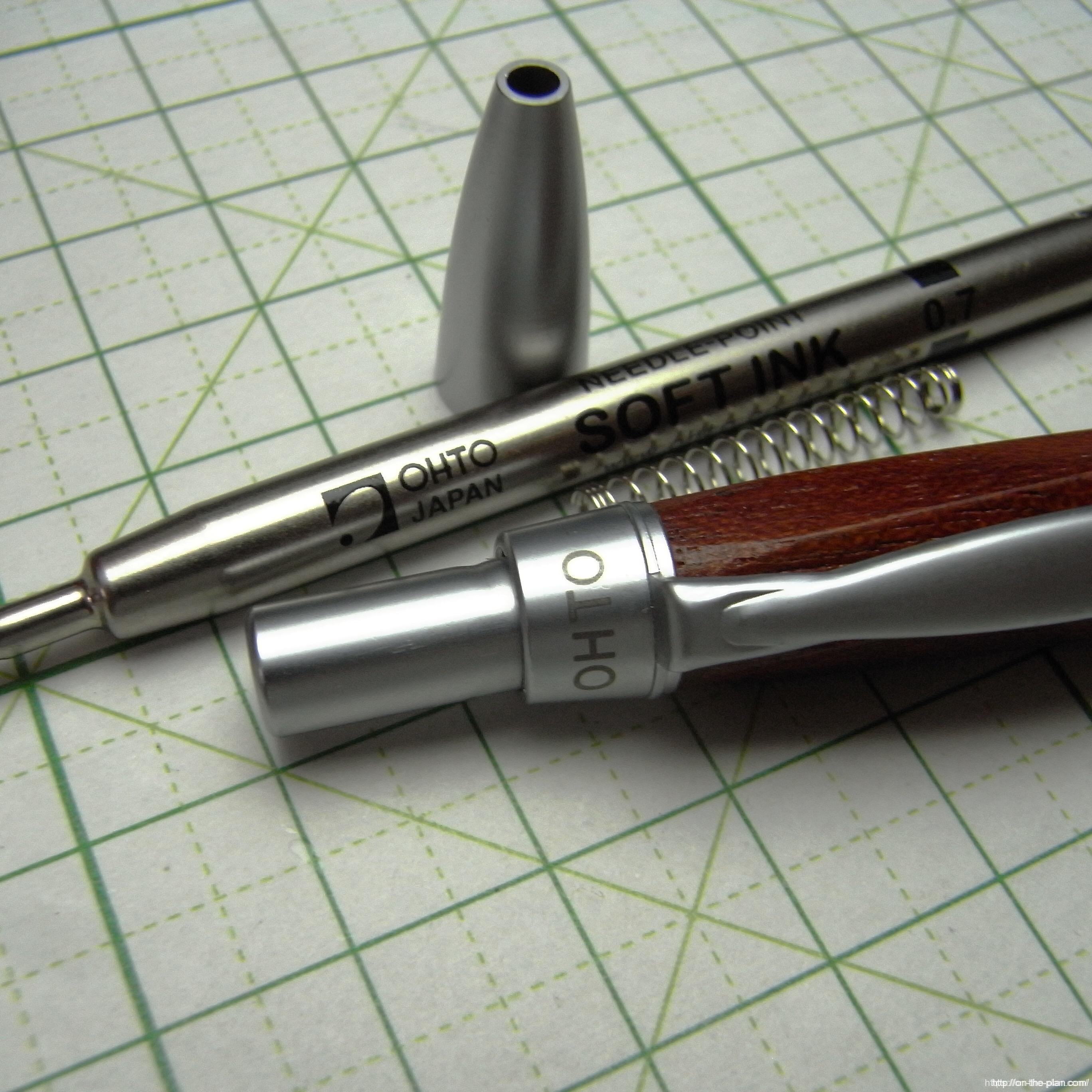 リフィルはPS-207-NPが装填されています。セットされているバネは上下を入れ替えてしまうとノックが作動しなくなる。