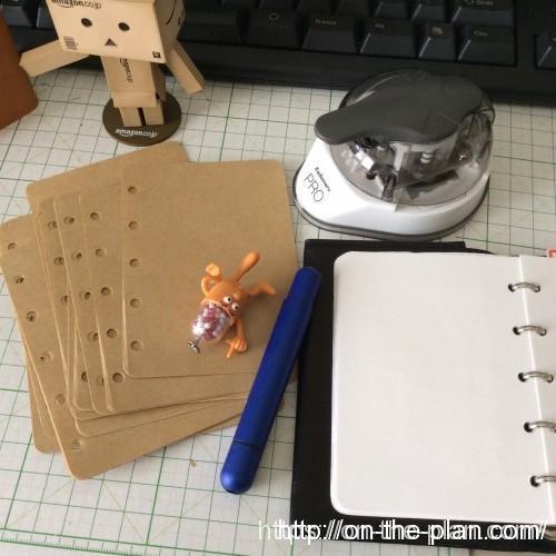 ついでにダイソーのクラフトメモの紙も穴あけ。角丸加工。現在使っているリフィルはコピー用紙で脅威のコスパ。