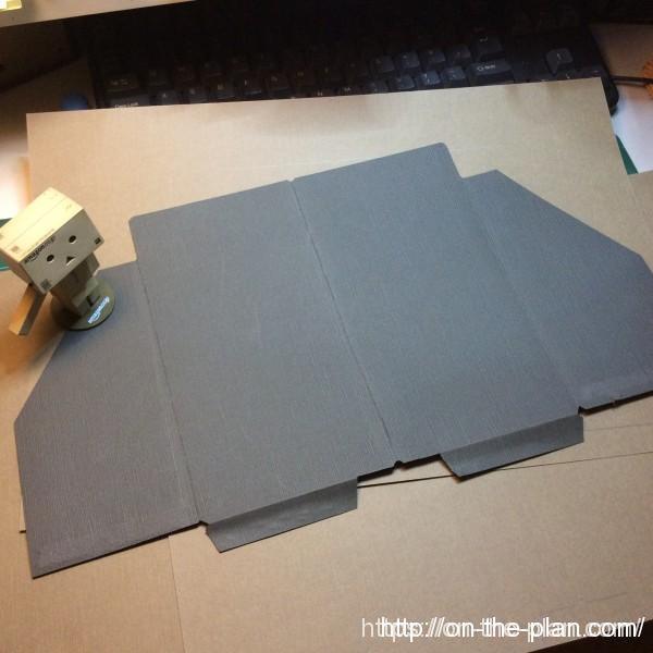 ミドリのサイトの説明を観察して手持ちのレザック紙で型紙を作ってみた。B4より少し大きい紙の在庫なのほんの少し小さいかも。