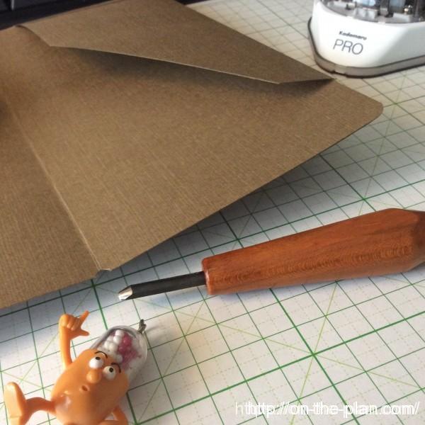 トラベラーズノートのクラフトファイルを自作。 ゴムがかかるところは半円に加工しました。小さい半円の彫刻刀を使いました。
