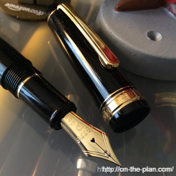 プラチナ万年筆センチュリー#3776極細EF。装飾はそれなりに豪華。シャルトルブルーやブルゴーニュにも極細があるので選択の悩みはあるよね。