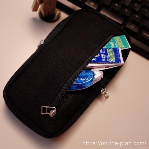 セーラー万年筆デスクデリ、ポケットがあるのでなくなるのが早いフリクションの替芯とちっさいテープのりを入れています。