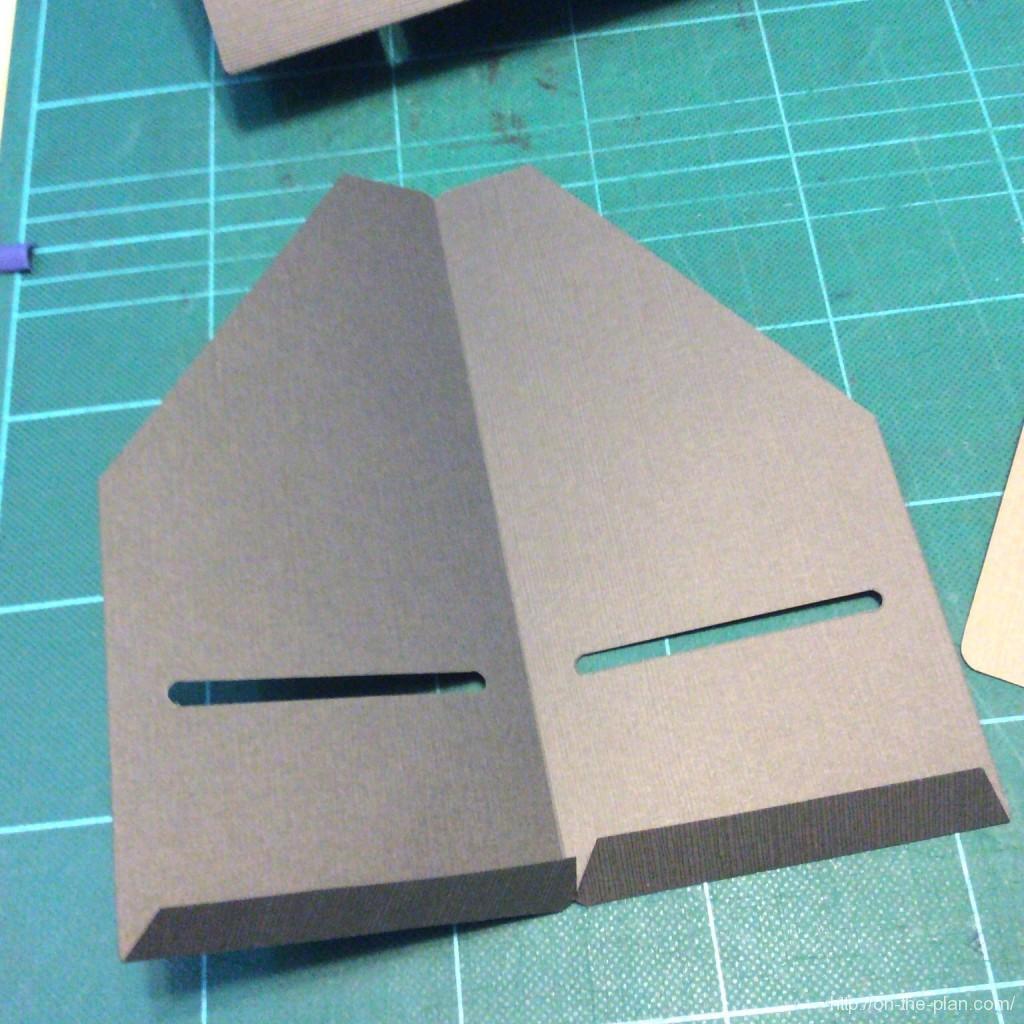 トラベラーズノートの自作クラフトファイル第二弾、中ページのポケットです。折はカッターナイフについていた金具を利用しました。