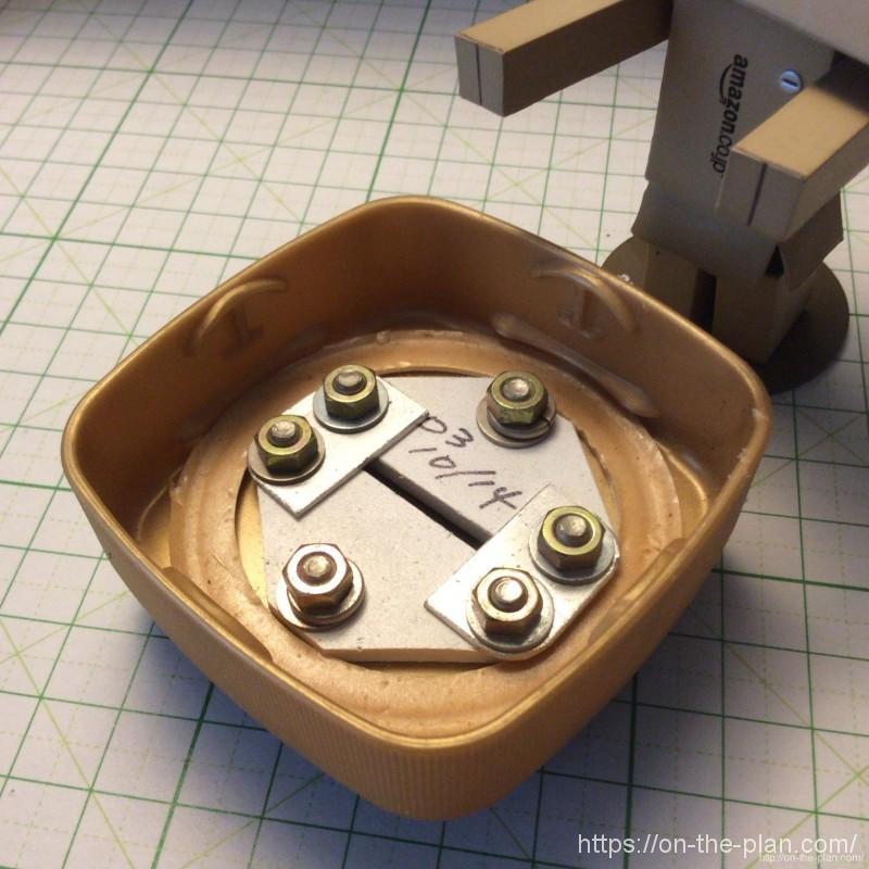 自作のカッター刃折処理器、内部。試行錯誤で何度か改良を重ねてやっと実用化しました。10年以上前の工作(^^)