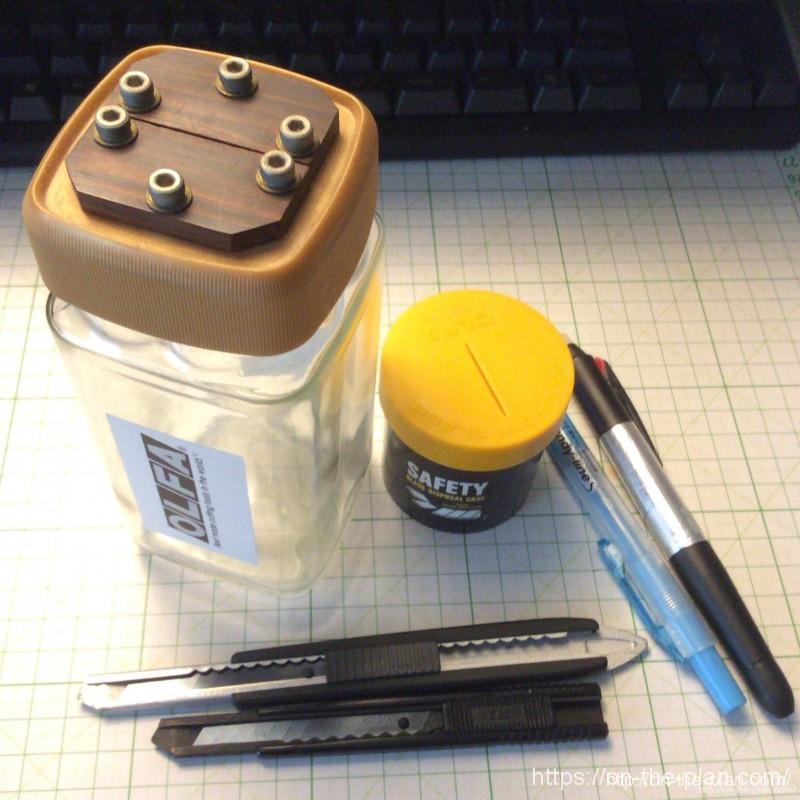 自作のカッター刃折処理器、オルファの「安全刃折処理器ポキ」に比べるとデカすぎました。