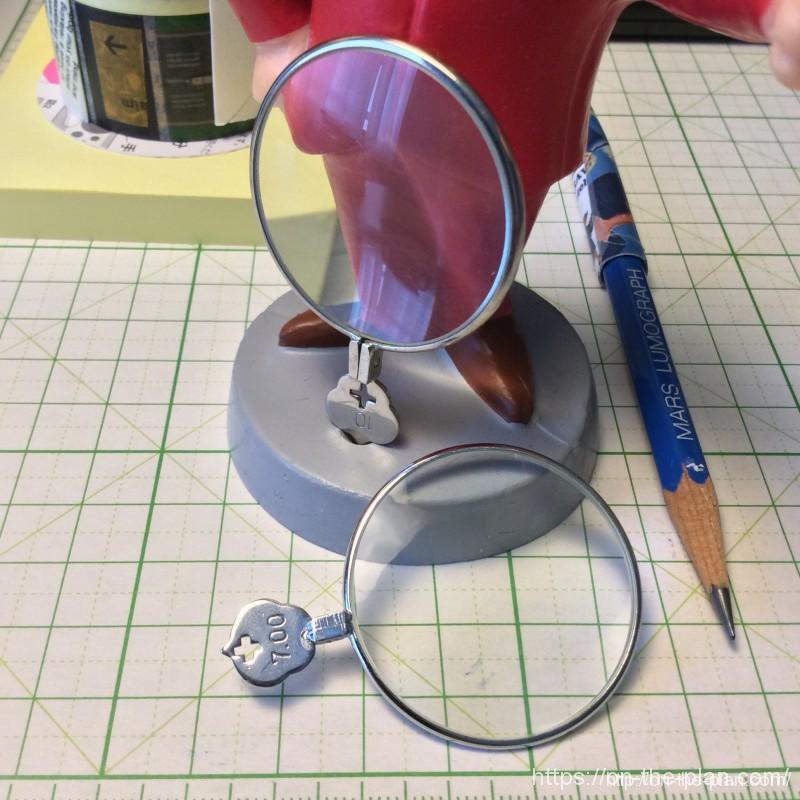文房具としてのルーペが机にあると便利だよ、フリーマーケットで買った検眼用のレンズをルーペ代わりに使っています。