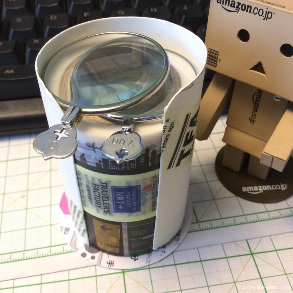 文房具としてのルーペが机にあると便利だよ、定位置はマスキングテープの上。