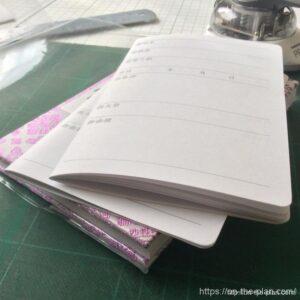御朱印帳の神社冊子、上が10枚で40ページかどまる。下が5枚で20ページかどまる。どっち使おうかなの図。