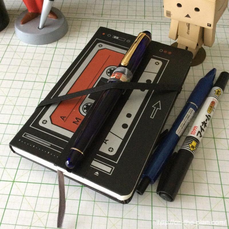 モレスキンの「100円ノート超メモ術改造化」計画はダイスキンの夢を見るか。折れ目の窪みが万年筆を安定して保持するとは怪我の功名。やってみないとわからないことはあるのだった。