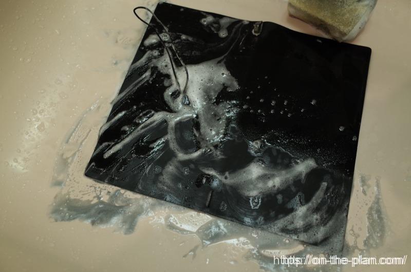 黒のトラベラーズノートが、かなり汚れてきたので、おもいきって洗濯。石鹸で優しくスポンジでお洗濯(^^)