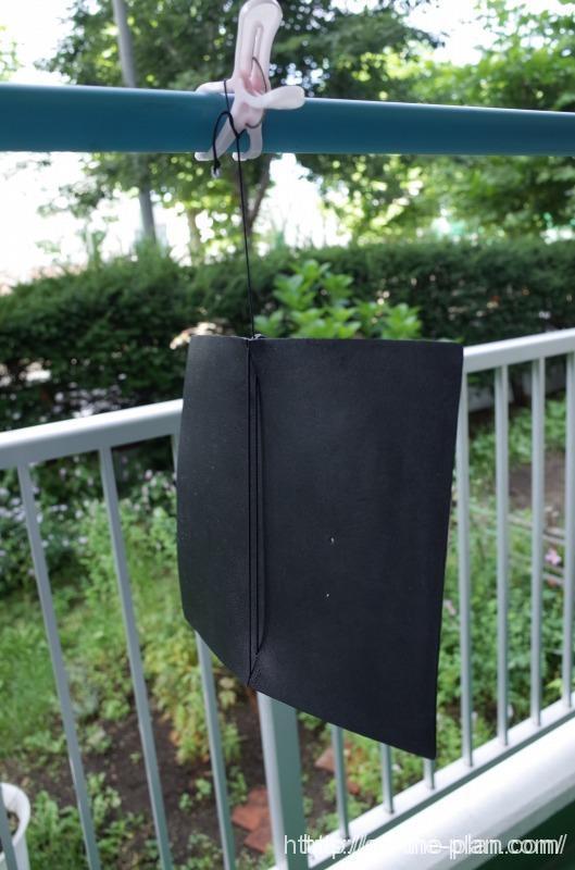 黒のトラベラーズノートが、かなり汚れてきたので、おもいきって洗濯。風通しの良い日影で乾燥中。