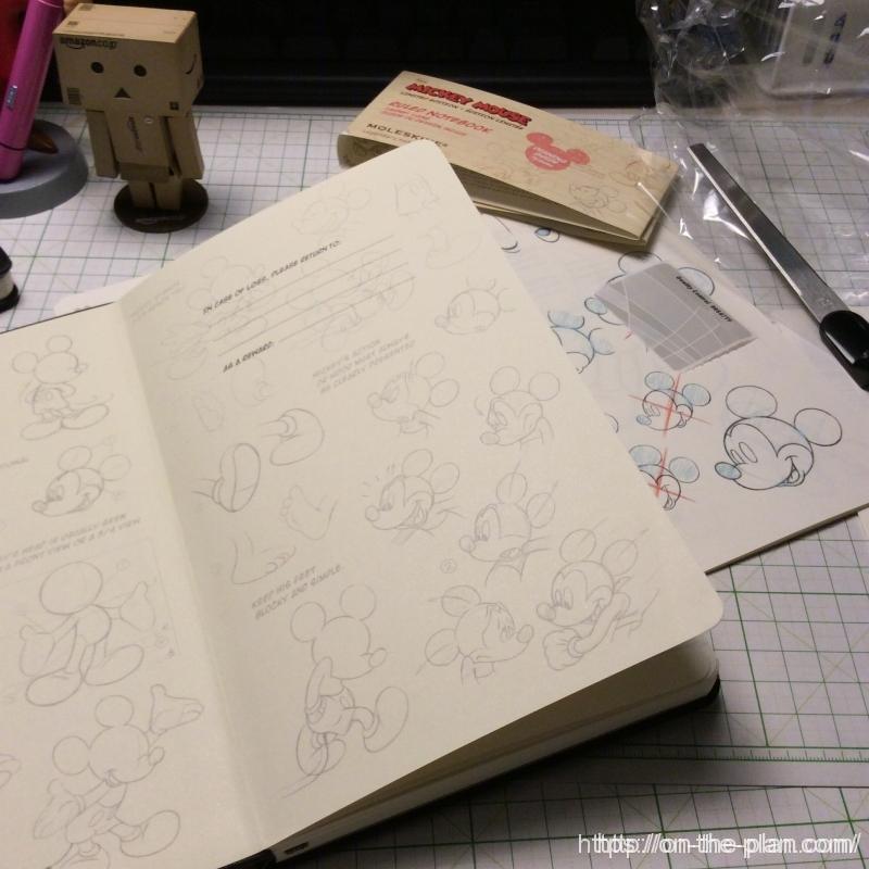 ミッキーマウスの描き方が解説された冊子が付属しています。また見返しには描き方の実際が印刷されていて楽しいです。