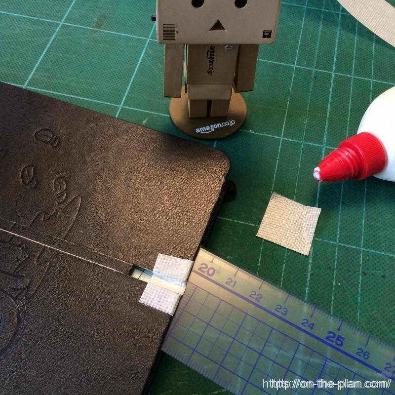 一番最初に、端の補強から始めました。切り落とした4mm幅の小片を挟んで平行にしました。