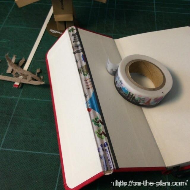 補強のために、マスキングテープを貼ります。和紙のマステがいいと思うよ。
