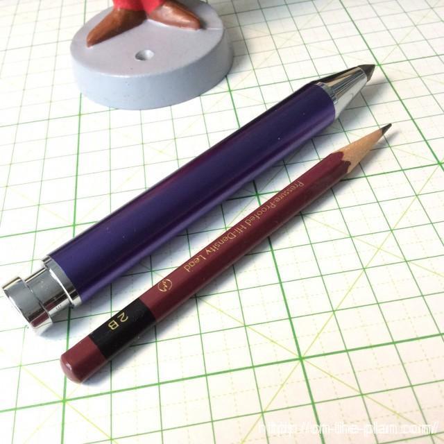 普通の鉛筆と比較してみました。ちなみにこの鉛筆は2.4gでした。サムホルダーの重さは45.5g(実測値)。