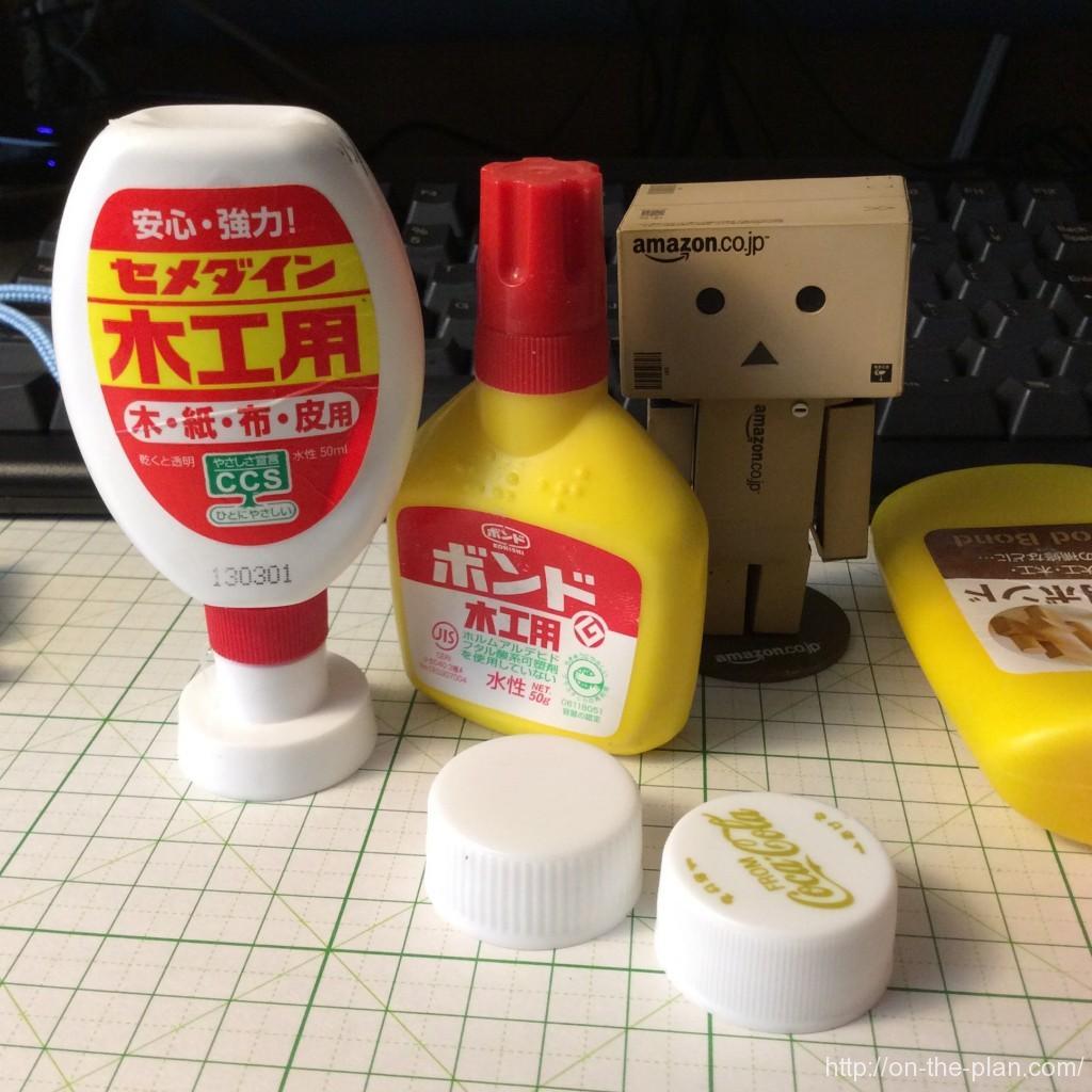 机の上の愛すべき50gボンド容器たち。大活躍中。伝票類の整理とか、封緘にも使います。