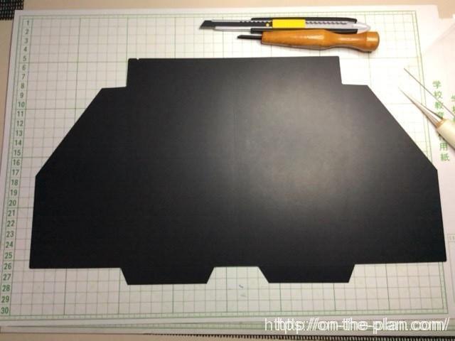 新しく作った、テンプレートからカード用紙を切り出しました。とても硬い紙で0.4mmほどの厚みがあります。「エコ・クラフトファイル」