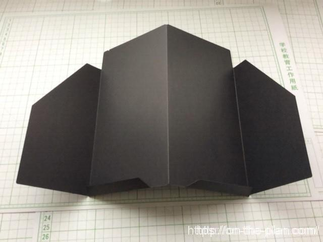 「エコ・クラフトファイル」の外側はポケットが2つあります。下敷きとして剛性感が高まります。