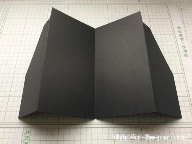 硬いカード用紙を使っています。 筆記にさしさわりの無いよう内側には凹凸はありません。 「エコ・クラフトファイル」