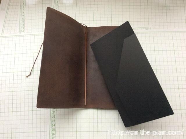 完成した「エコ・クラフトファイル」をトラベラーズノートの本体に装着します。