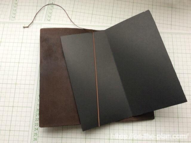 完成した「エコ・クラフトファイル」をトラベラーズノートの本体に装着します。ゴムひもを安定して止める切り欠きがあるのでしっかり装着できます。