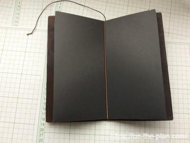 完成した「エコ・クラフトファイル」をトラベラーズノートの本体に装着します。ミスコピー用紙を挟む面は一切の凹凸が無い下敷きになっています。