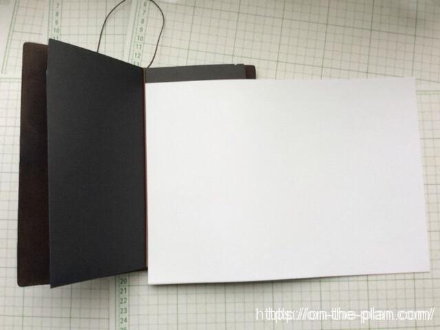 完成した「エコ・クラフトファイル」にミスコピー用紙を挟んでみます。三つ折にするための工夫があるので簡単です。