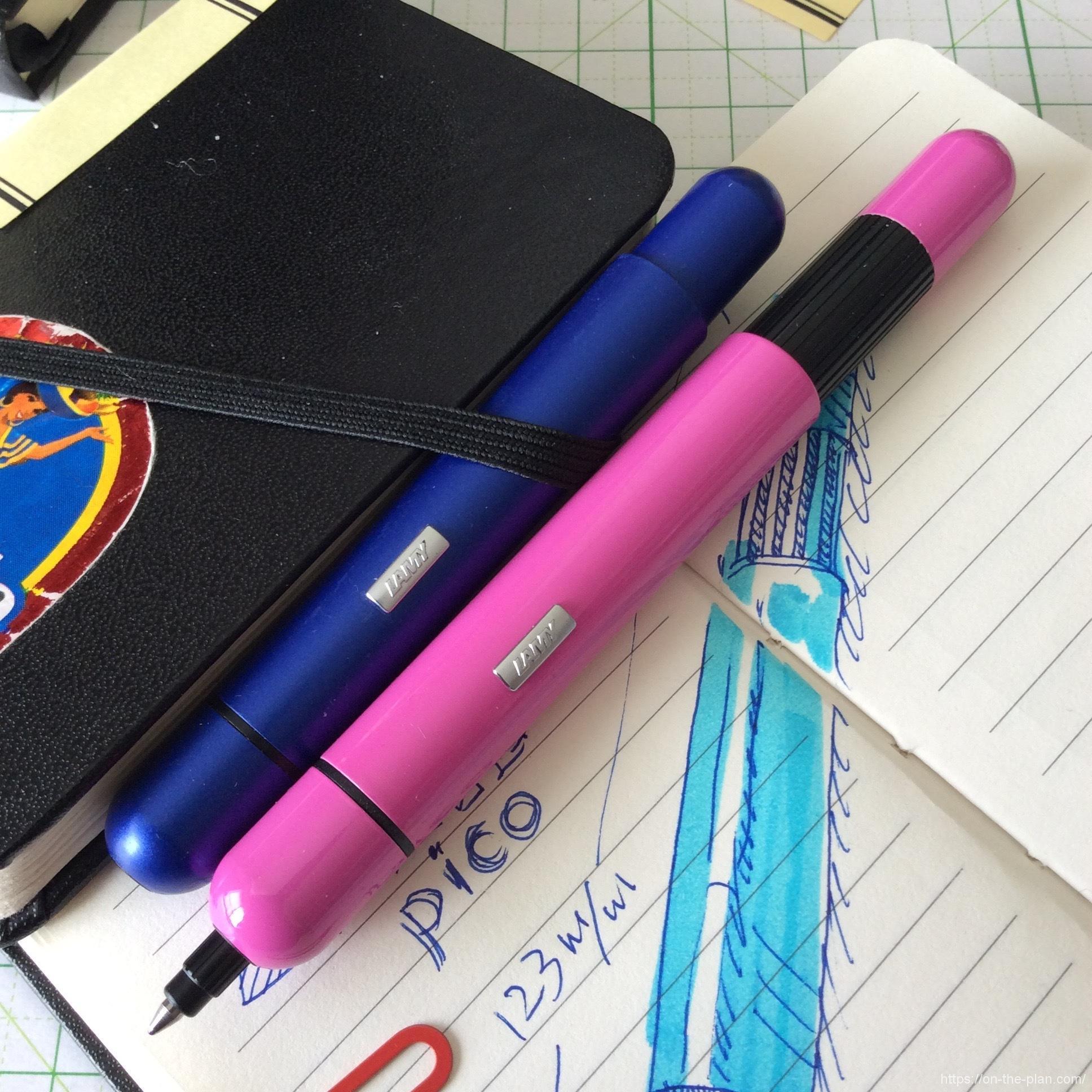 愛用のぺんてる蛍光ペンもプッシュ式。このブルーで影をつけて遊んでいます。