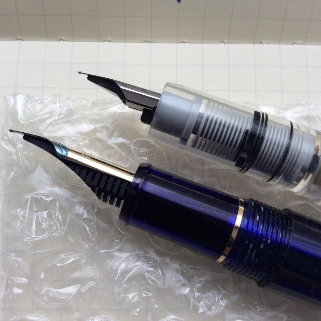プラチナ万年筆#3776シャルトルブルー〈細軟〉のペン先とプレピー0.2のペン先の比較。共にイリジウム合金の大きさは同じぐらい。プレピー0.2のほうが表にも裏にも回っている。