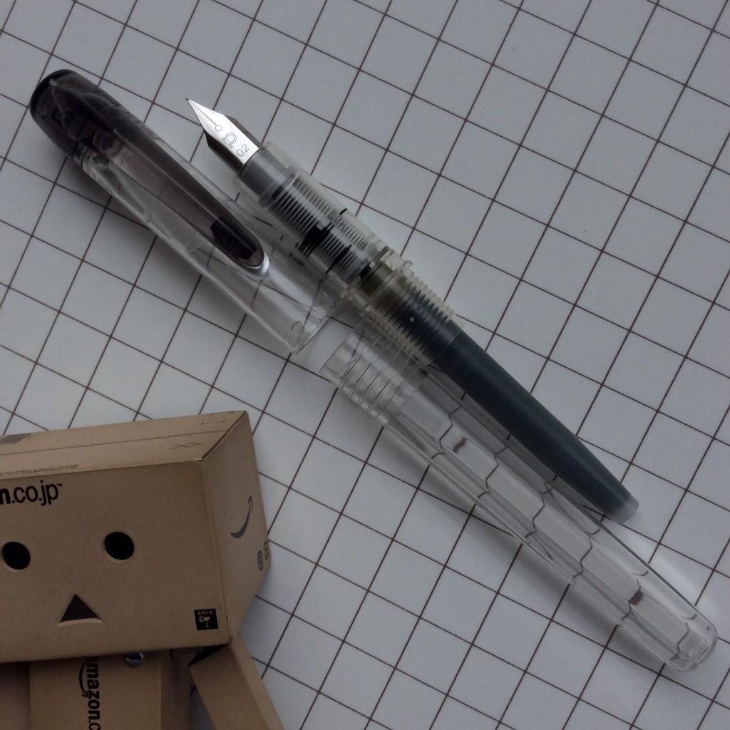 プラチナ万年筆プレピー0.2は塗装を落としてクリアボディで使っています。クリップの外し方を知らないので、その下部分にはまだ塗装が少し残っています。
