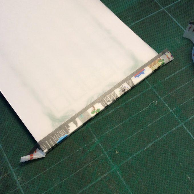 マスキングテープを平行に貼るのはけっこう難しいぞ。コレは2度目。もいっかいやり直したいけど、粘着力が心配なので良しとします。