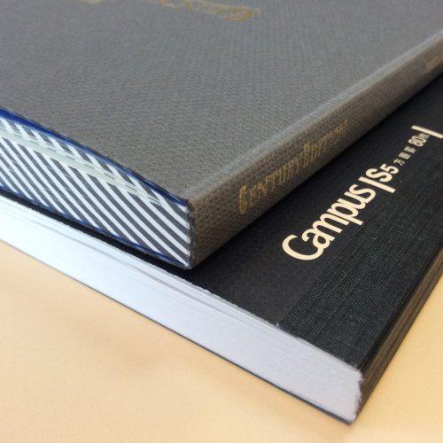 愛用中の大人のキャンパスノート80枚と厚さを較べてみる。70枚のレコードブックのほうが厚い(^^)