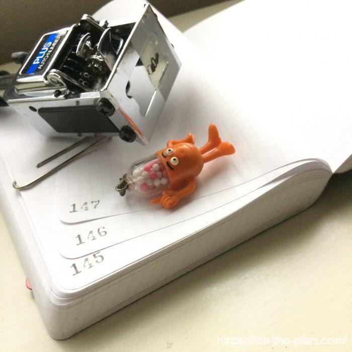 「ガチャンガチャン」やって(^o^)ページナンバーを入れました。インクは薄めにシンナー調整。見開きで一個のナンバーです。ナンバリングマシンの一部にテープを貼って汚れ防止にしています。三桁以上は使いません。