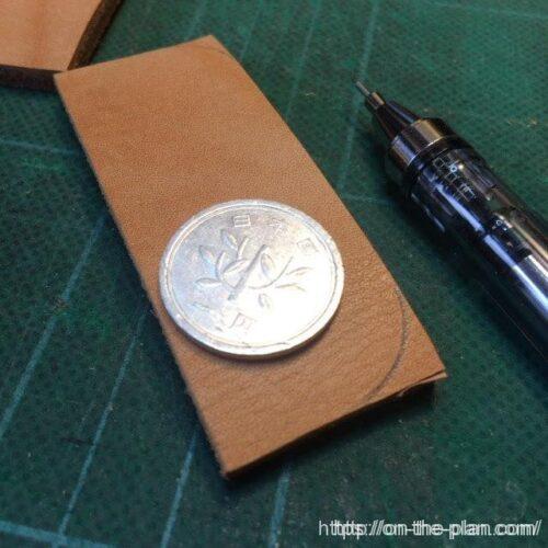 革製のペン皿部分の丸みを一円玉でやってみるがこれはだめだった(;_;)