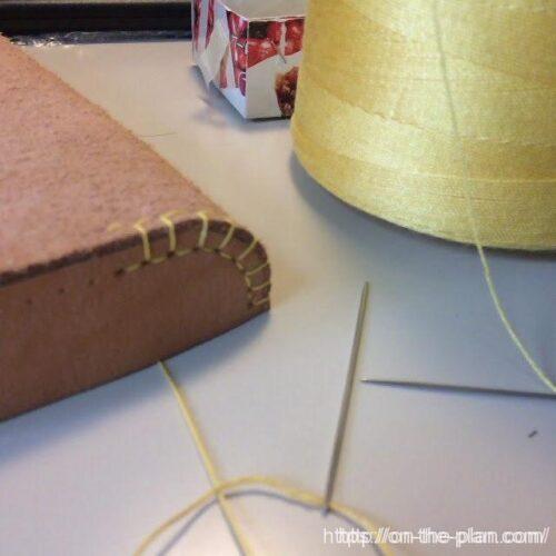 ビニロン糸に蜜蝋をひいて縫います。縫いは久しぶりでなつかしいなあ(^^)