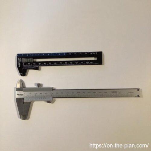 上がミドリのプラノギス「SLIDE RULER」、下は鋼製のノギスです
